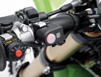 Cerca del botón de modo de control de lanzamiento en el manillar de la motocicleta